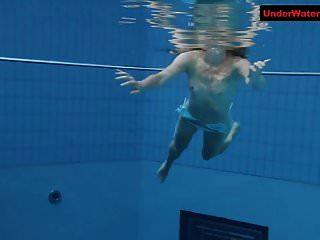 एक पानी के नीचे शो में उछल लूट