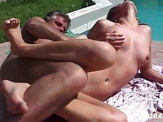 जर्मन माँ दो लंड का आनंद लेती है