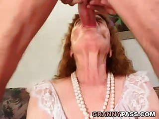 दादी युवा मुर्गा चाहता है