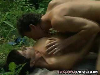 दादी जंगल में अपनी चूत देती है