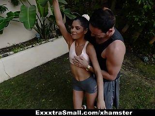 exxxtrasmall प्यारा खूबसूरत किशोर दो विशाल लंड द्वारा गड़बड़