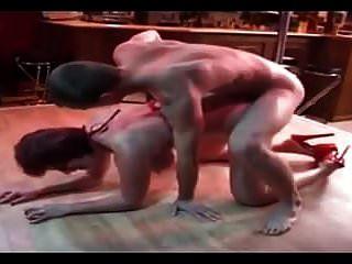 रेड इंडियन स्कीनी बड़े स्तन के साथ परिपक्व एक पोल नृत्य पर गड़बड़