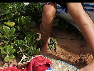 लैटिना छोटे स्तन बड़े निपल्स पेशाब और समुद्र तट पर चूसना