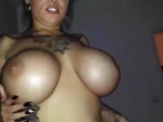 सेक्सी tatted स्लट साथ बड़ा titties हो जाता है गड़बड़