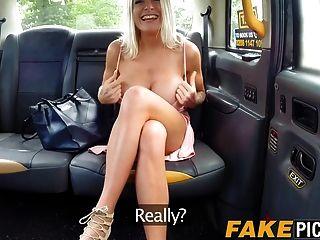 बस्टी lesbo मिल्फ फिंगरिंग में गधे के लिए एक फ्री टैक्सी सवारी