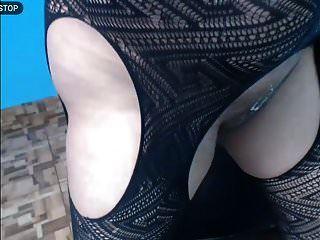 दूधिया स्तन अपने चेहरे में दूध छिड़कते हुए