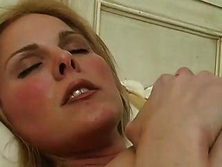 बिस्तर में हस्तमैथुन करते पकड़ा