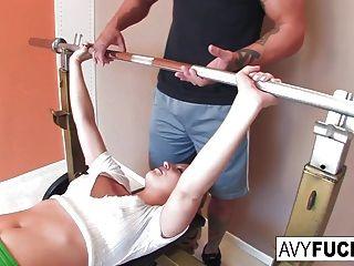 एवी स्कॉट अपने वर्कआउट रूटीन के साथ एक कमबख्त हो जाता है
