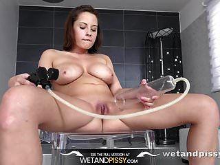 गीला लड़की सेक्सी लड़की peeing और उसे भिगो बिल्ली