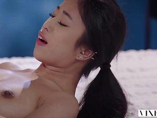 vixen युवा एशियाई छात्र पड़ोसी के साथ भावुक सेक्स है