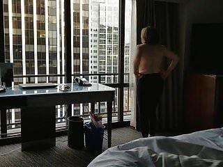 होटल की खिड़की में नग्न नग्न आकर्षक