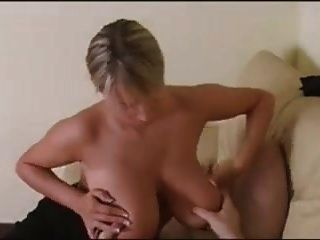 बड़े स्तन के साथ गोरा एक handjob और fucks देता है