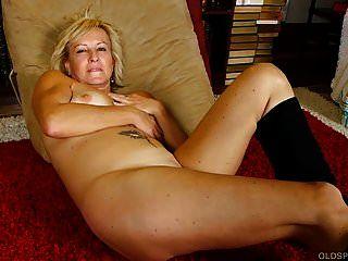 गांठदार बूट्स में सुपर सेक्सी पुराने स्पंकर को गंदी बात करना पसंद है