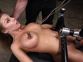 ब्रिटनी एम्बर एक धीरज वेश्या होने के लिए प्रशिक्षित किया
