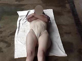 पारदर्शी स्विमिंग सूट पैर खुले हुए