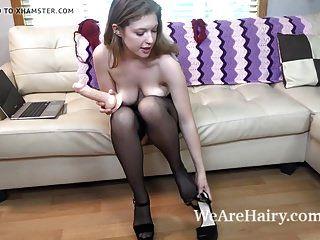 खुबानी पिट्स उसके चमड़े के सोफे पर हस्तमैथुन करता है