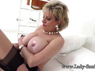 milf महिला सोनिया उसके विशाल स्तन तेल