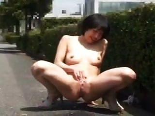 बोल्ड जापानी महिला चमकती और सार्वजनिक रूप से कमबख्त