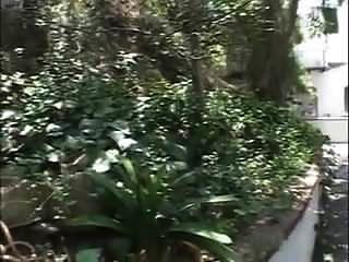 पूर्व शिक्षक एमआईएलए बगीचे में गड़बड़ हो जाता है