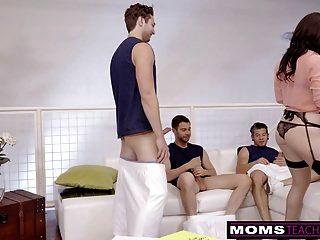 धोखा दे रही है बेटा और उसके दोस्तों को धोखा देता है जब पति दूर हो जाता है!