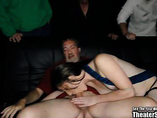 लंबा स्तनपान कराने वाली श्यामला फूहड़ गिरोह थियेटर में गड़बड़