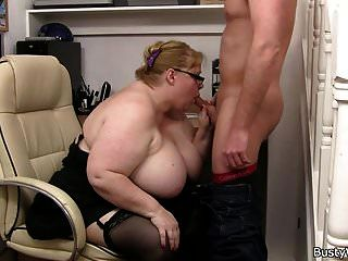 मेगा स्तन फैटी इसे पीछे से लेता है