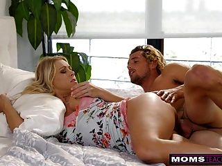 momsteachsex माँ और बेटा शेयर बिस्तर और बकवास s7: e3