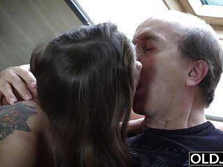 दादाजी ने मेरी सौतेली बेटी द्वारा हस्तमैथुन करते हुए उसे पकड़ा
