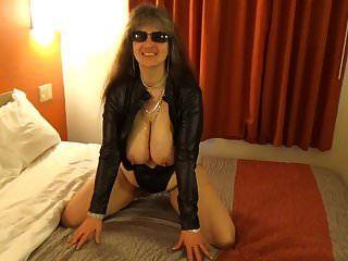 तनुजा ने उसे सही स्तन देखने के लिए आपका 1 टुकड़ा खोल दिया