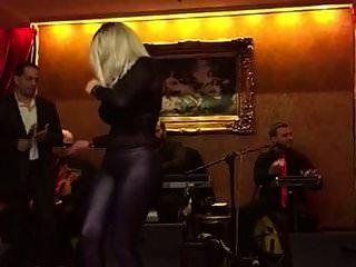 अरबी दोस्त नाच रहा है