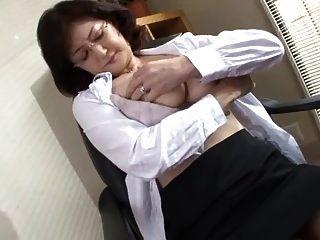 जापानी स्कूल निदेशक कार्यालय में हस्तमैथुन करता है
