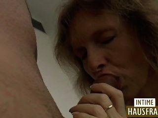 लटकते स्तन के साथ श्यामला एमआईएलए