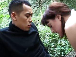 शौकिया गलफुल्ला जंगल में एशियाई आदमी लेता है