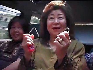 एक सड़क यात्रा पर परिपक्व एशियाई महिलाएं