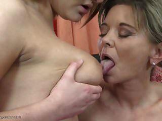 सेक्सी परिपक्व माँ और बेटी डबल डिल्डो का उपयोग करें