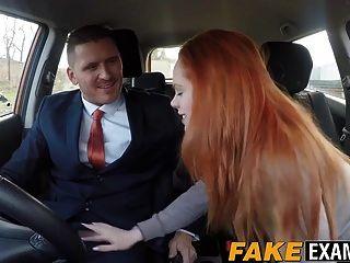 रेडहेड हॉटी एला ह्यूजेस को कार में कुत्ते की शैली मिलती है