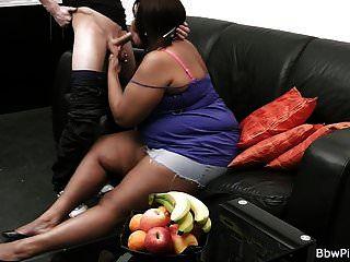 विशाल स्तन आबनूस पहली तारीख में पैर फैलाता है