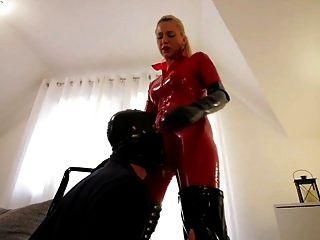 लाल लेटेक्स बिल्ली सूट काले जूते में फूहड़ दास दास