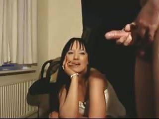सुंदर लड़की उसे सह देखता है