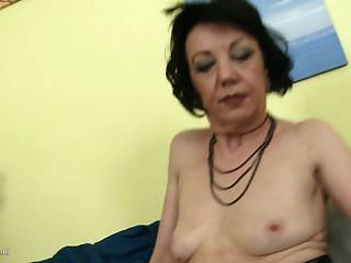 शरारती गृहिणी zelma उसे पुराने योनी खिला