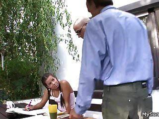 रंजित श्यामला बूढ़े के लिए पैर फैलाती है
