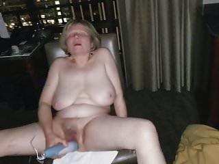 खुले होटल की खिड़की के सामने परिपक्व हस्तमैथुन