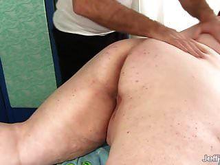 बिग boobed बीबीडब्ल्यू मिस लैडिकेस एक सेक्स मालिश हो जाता है