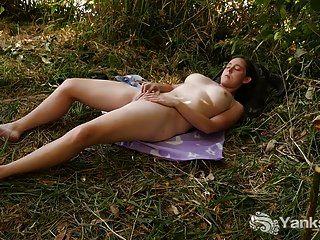 छाती याँक्स माइकेल नदियाँ घास में खेलती हैं