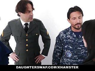 बेटियों को सैन्य dads स्वैप और बेटियों को बकवास