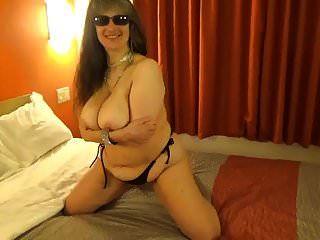 एकदम सही स्तनों को दिखाने के लिए टीनजा ने काले रंग की स्ट्रिंग बिकिनी टॉप पहना