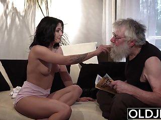 पुराने युवा अश्लील सेक्सी किशोरों सोफे पर बूढ़े आदमी द्वारा गड़बड़