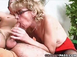 दादी फूहड़ युवा डिक चाहता है