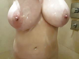 मैं बड़े प्राकृतिक स्तन के साथ एक शॉवर ले रहा हूं