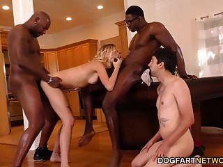 हैली रीड ने दो काले लोगों के साथ व्यभिचार किया